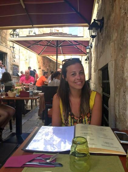 comendo num restaurante do lado do hostel